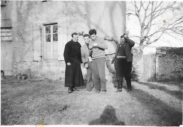 l'abbé Térien avec Fichet, Motet et Guy Chollet » avec un 1950 ou 1956